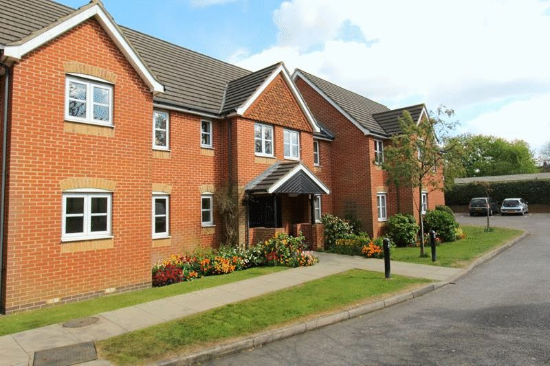 2 Bedrooms Flat for sale in Hillcroft Court, Caterham on the Hill