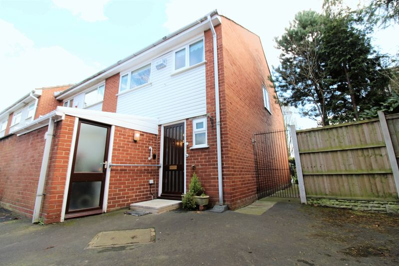 2 Bedrooms Terraced House for sale in Broadmead, Vicars Cross,Chester