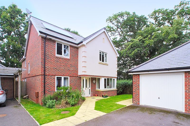 4 Bedrooms Detached House for sale in Hazel Copse, Hambrook PO18