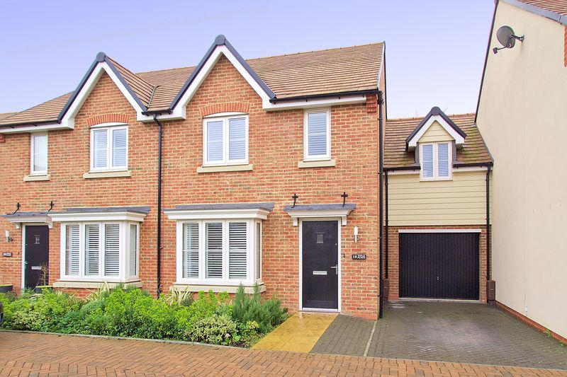 4 Bedrooms Semi Detached House for sale in Field Place, Havant, PO9