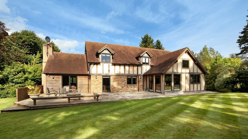 5 Bedrooms Detached House for sale in The Chase, Wooburn Green