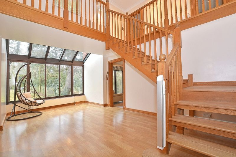 4 Bedrooms Detached House for sale in Stevens Lane, CLAYGATE, Esher, Surrey