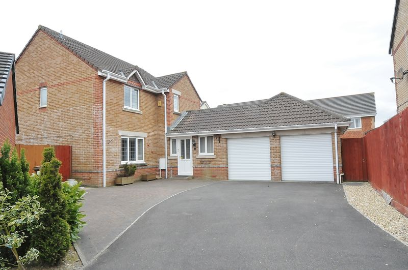 4 Bedrooms Detached House for sale in Kimberly Drive, Plymouth. 4 bedroom detached family home.