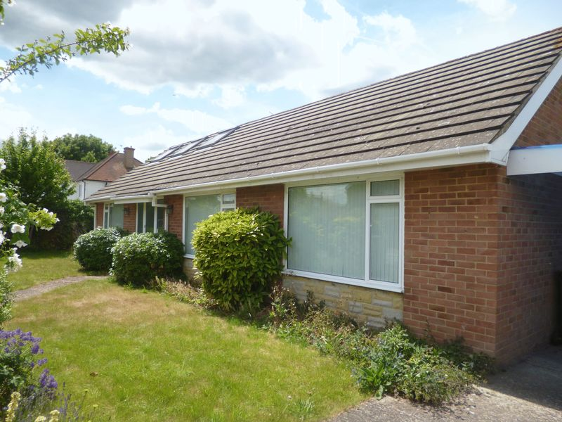 3 Bedrooms Detached Bungalow for sale in Stompits Road, Maidenhead