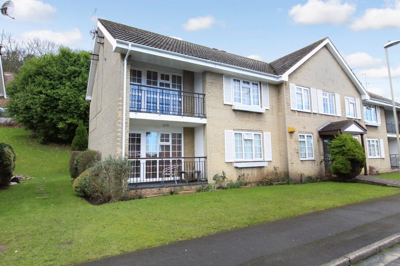 2 Bedrooms Flat for sale in The Glade, Scarborough