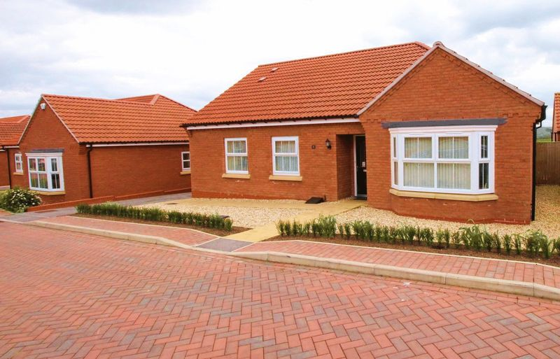 3 Bedrooms Detached Bungalow for sale in Fieldside Close, Cayton, Scarborough