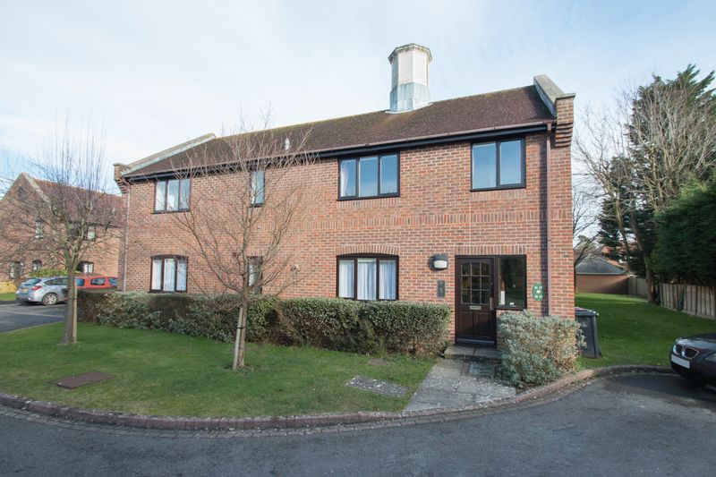 2 Bedrooms Flat for sale in Tudor Close, Chichester