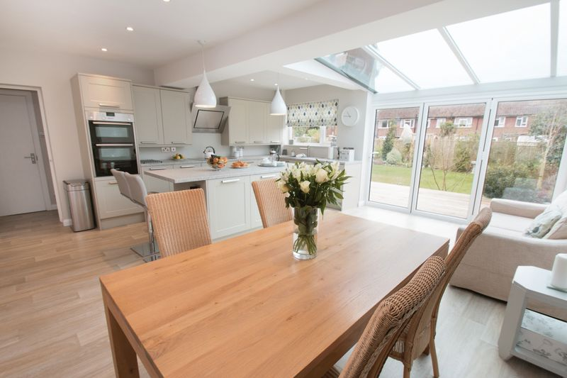 4 Bedrooms Detached House for sale in Willowbed Drive, Chichester