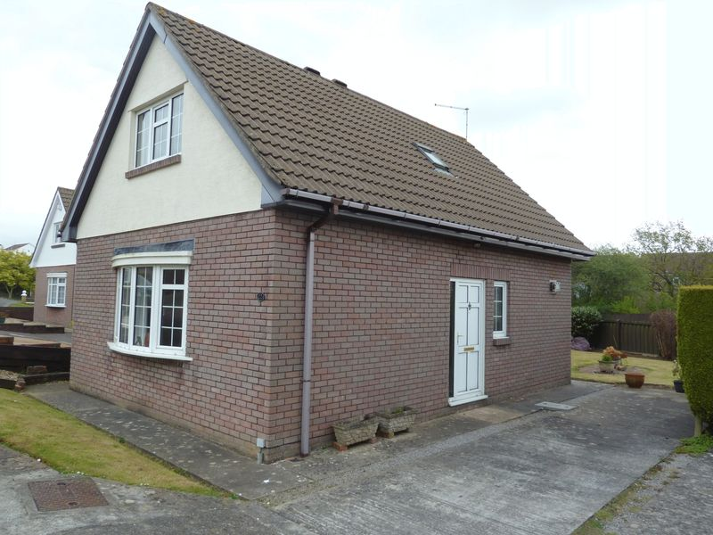 3 Bedrooms Detached House for sale in Senni Close, Barry