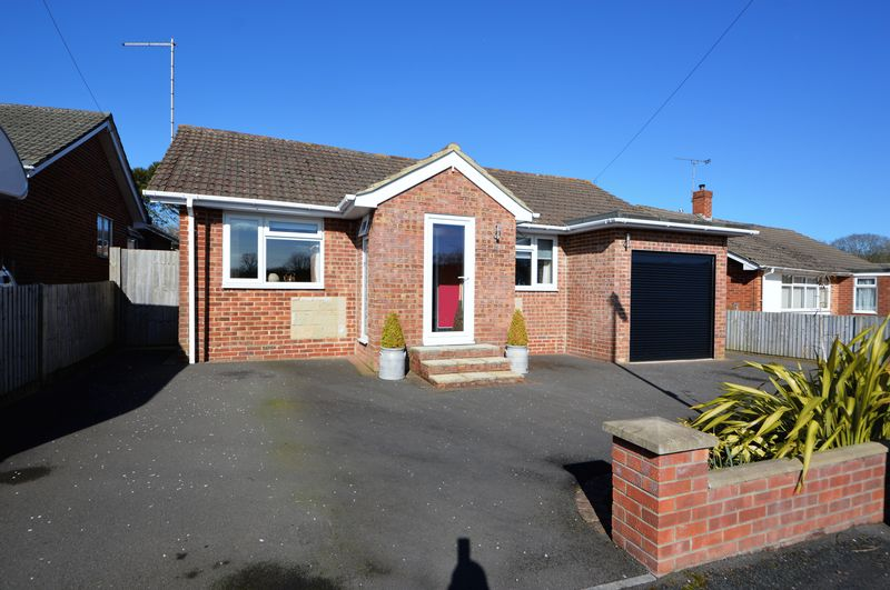 3 Bedrooms Detached Bungalow for sale in Larchfield Way, HORNDEAN