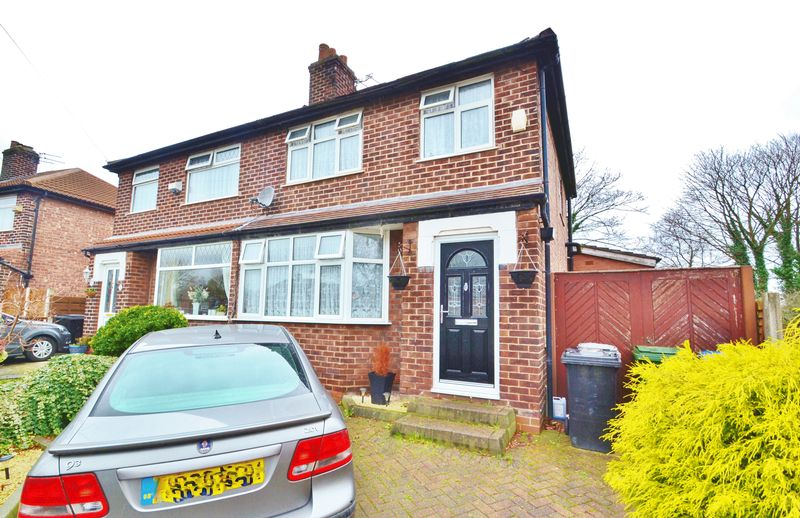 3 Bedrooms Semi Detached House for sale in Newbury Drive, Urmston
