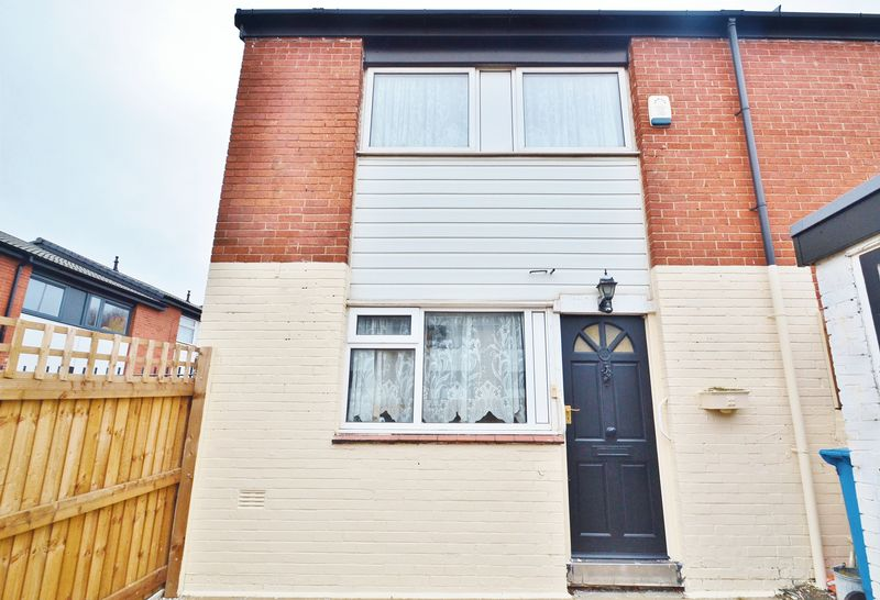 4 Bedrooms Terraced House for sale in Maple Close, Salford