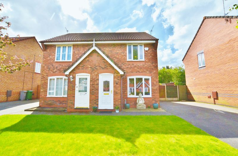 2 Bedrooms Semi Detached House for sale in Inglewood Close, Manchester