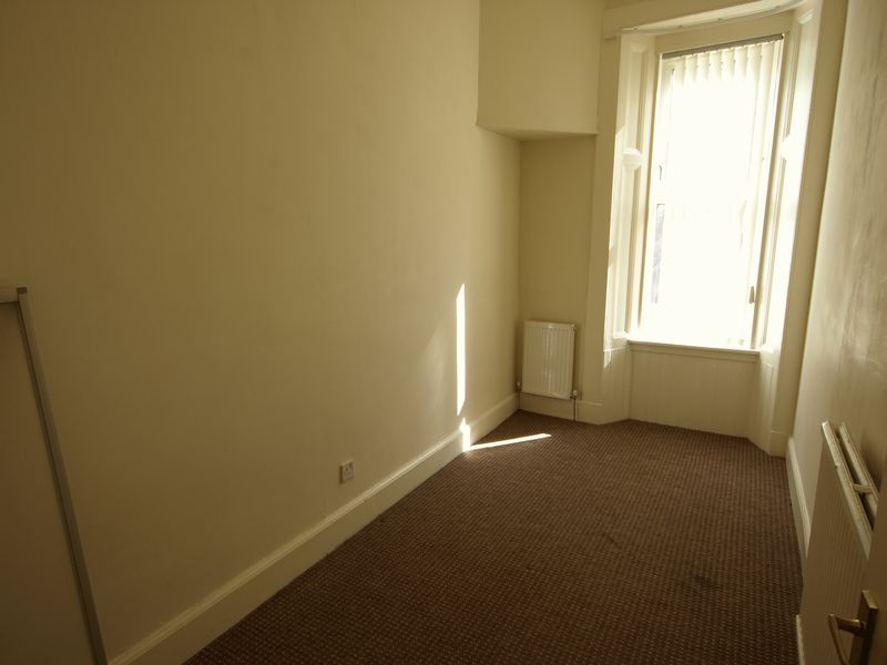 2 Bed Ground Floor Flat, The Hedges, Cam...