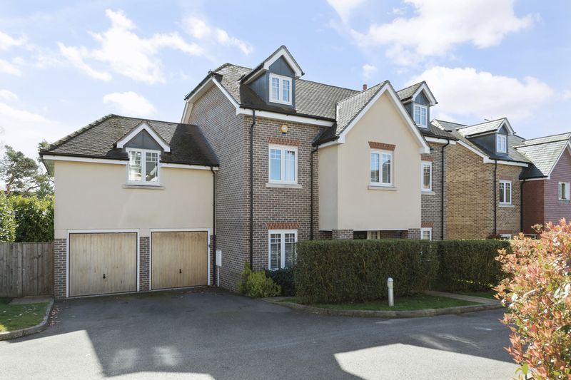 5 Bedrooms Detached House for sale in Halcyon Close, Leatherhead