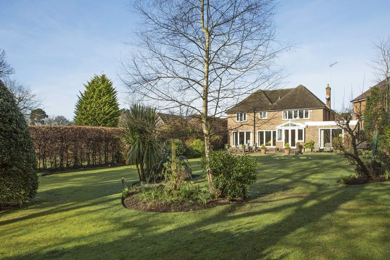 5 Bedrooms Detached House for sale in Heath Ridge Green, Cobham