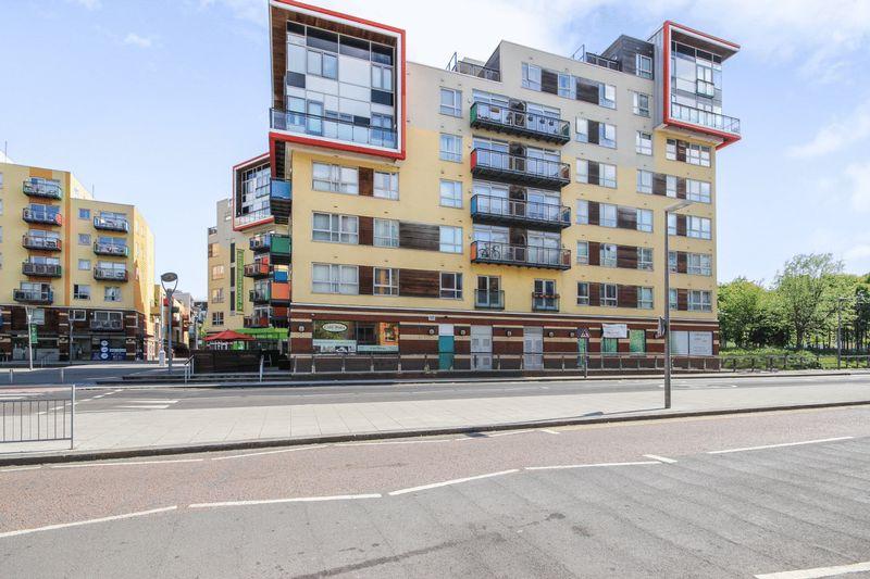 2 Bedrooms Flat for sale in West Parkside, London