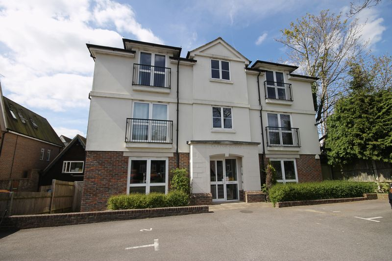 2 Bedrooms Flat for sale in Grove Road, Burgess Hill, West Sussex