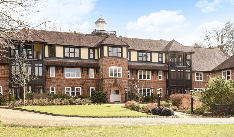 2 Bedrooms Flat for sale in Mytchett Heath, Camberley