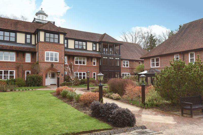 2 Bedrooms Flat for sale in Mytchett Heath, Mytchett, Camberley