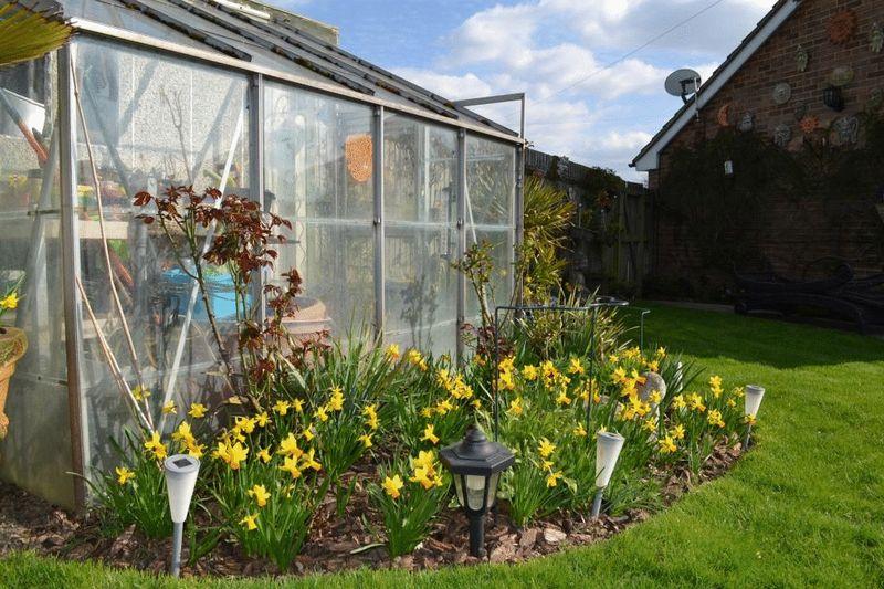 3 Bedrooms Semi Detached Bungalow for sale in Cherry Grove, Tonbridge