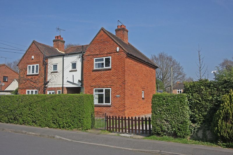 3 Bedrooms Semi Detached House for sale in Chobham, Surrey