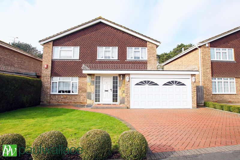 4 Bedrooms Detached House for sale in The Oval, Turnford