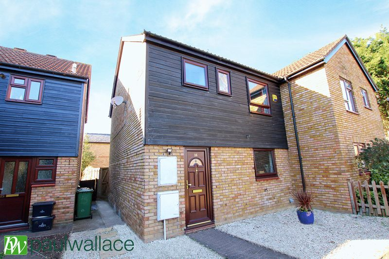 3 Bedrooms Semi Detached House for sale in Farmhouse Close, Turnford