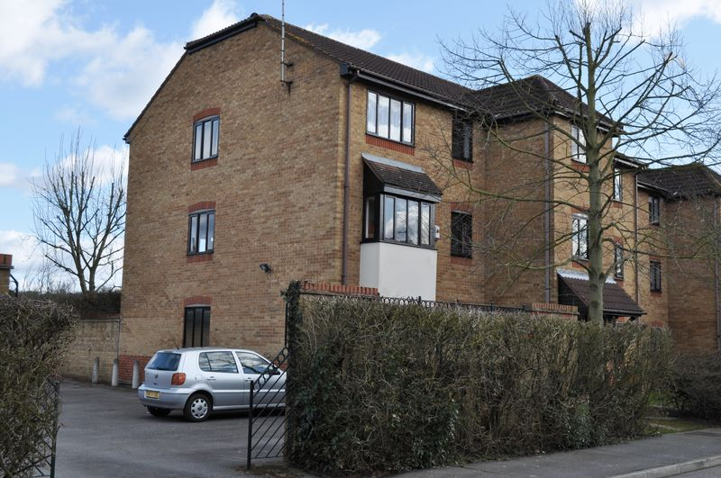 2 Bedrooms Flat for sale in Horseshoe Close, Waltham Abbey