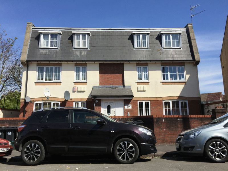 2 Bedrooms Flat for sale in Netham Gardens, Bristol