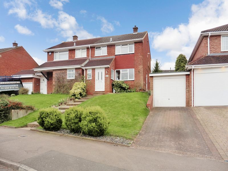 3 Bedrooms Semi Detached House for sale in Langdale Road, Dunstable
