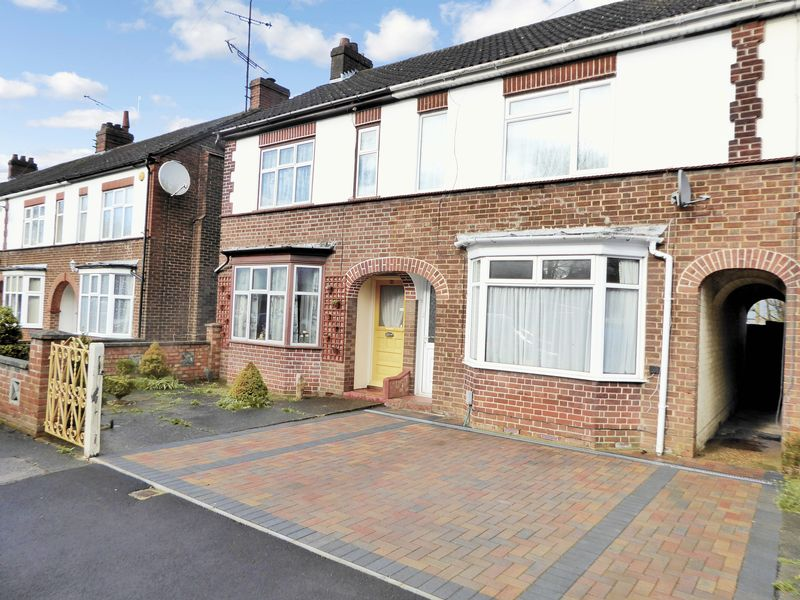 3 Bedrooms Terraced House for sale in Douglas Crescent, Dunstable