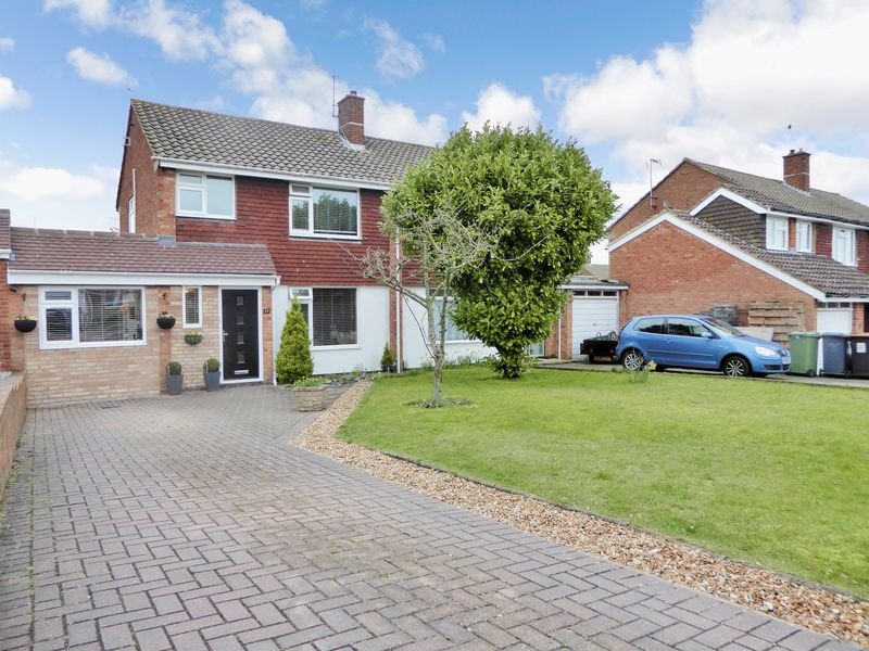 3 Bedrooms Semi Detached House for sale in Candale Close, Dunstable