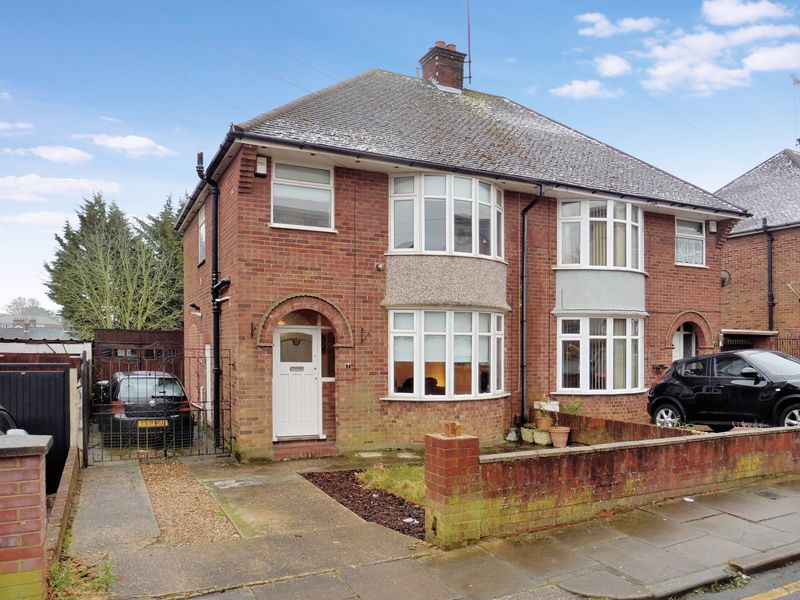 3 Bedrooms Semi Detached House for sale in Leagrave Train Station