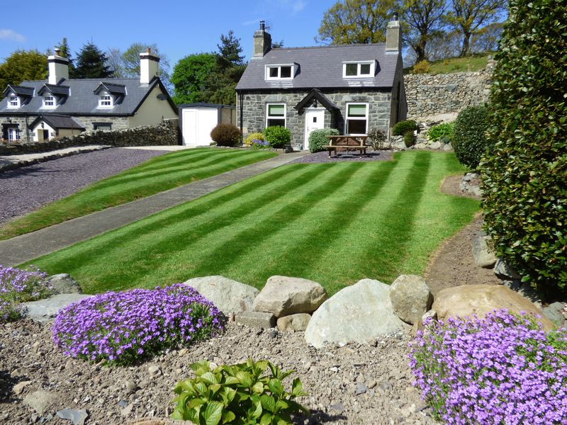2 Bedrooms Detached House for sale in Cil Treflys, Valley Road, Llanfairfechan LL33 0ET