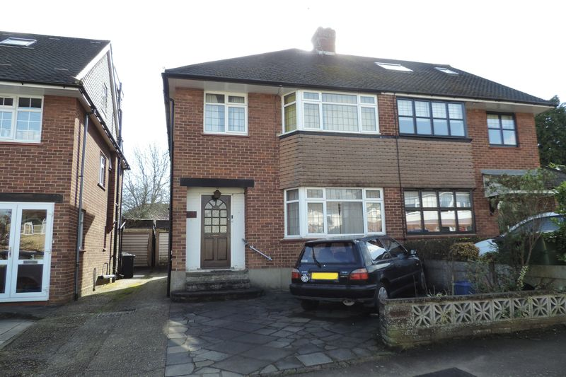 3 Bedrooms Semi Detached House for sale in Elmscroft Gardens, Potters Bar