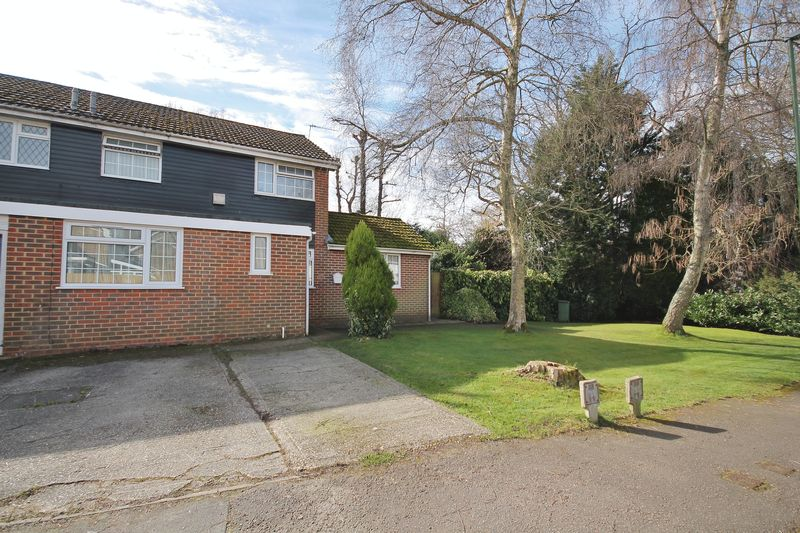 4 Bedrooms Semi Detached House for sale in Jubilee Way, Storrington
