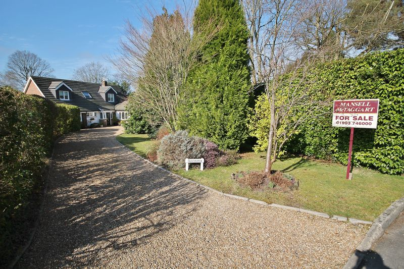 5 Bedrooms Detached House for sale in Heathfield Copse, West Chiltington