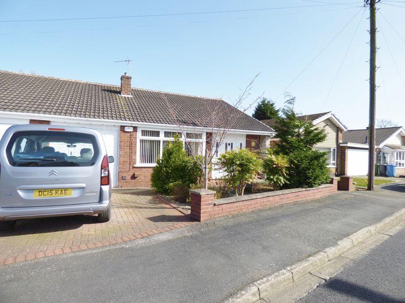 2 Bedrooms Semi Detached Bungalow for sale in Oakmere Drive, Warrington