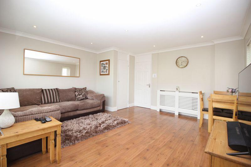 2 Bedrooms Flat for sale in Manor Road, Sidcup, DA15 7HZ