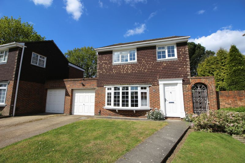 4 Bedrooms Detached House for sale in Austral Close, Sidcup, DA15 7LE