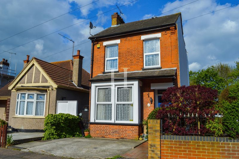 2 Bedrooms Detached House for sale in Priory Avenue, Southend-On-Sea, Essex, SS2