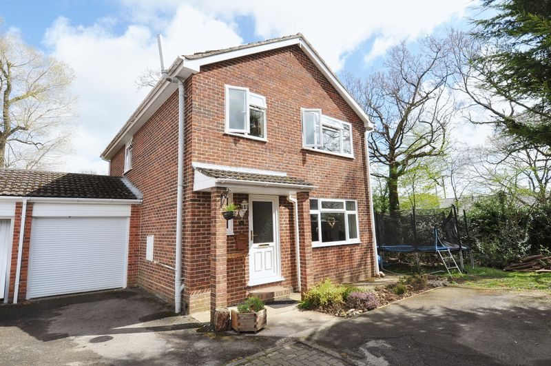 4 Bedrooms Detached House for sale in Set In a Cul- De- Sac