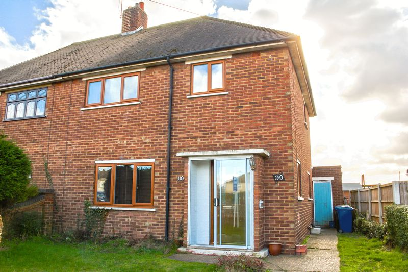 3 Bedrooms Semi Detached House for sale in Hall Road, Aveley