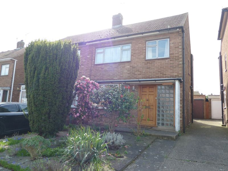 3 Bedrooms Semi Detached House for sale in Sermon Drive, Swanley