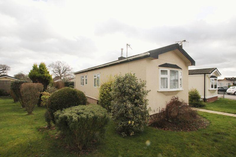 2 Bedrooms Detached Bungalow for sale in Shipbourne Road, Tonbridge