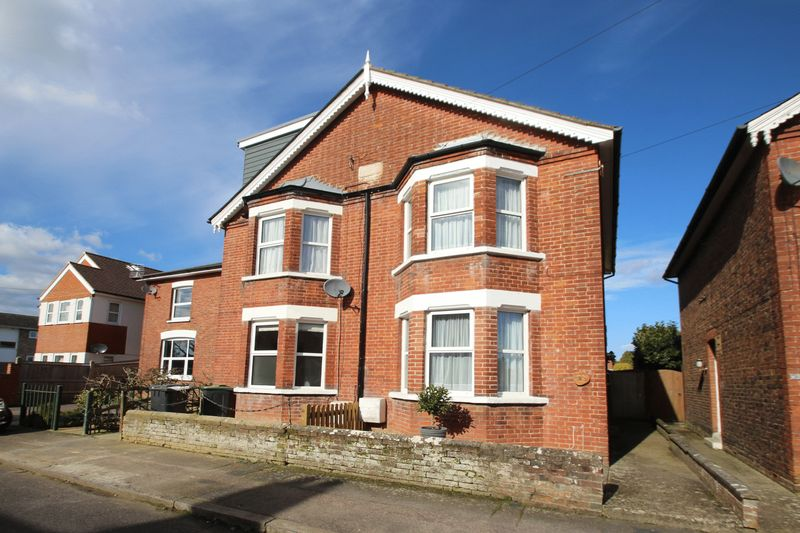 2 Bedrooms Semi Detached House for sale in Uridge Road, Tonbridge