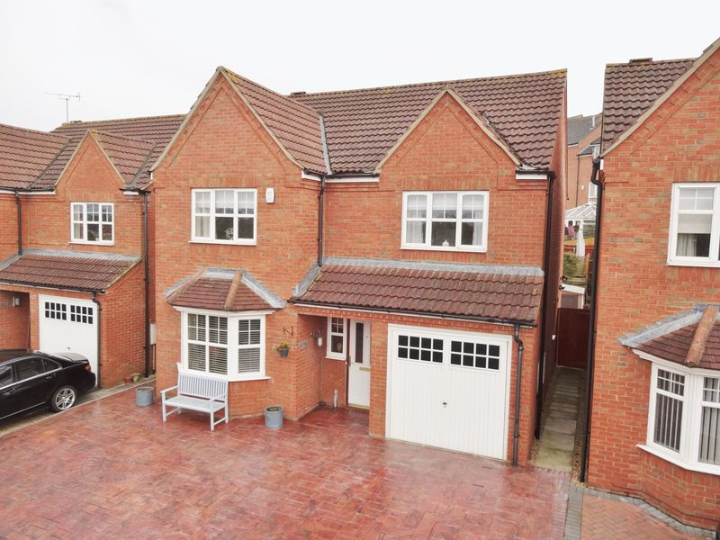 4 Bedrooms Detached House for sale in Chatsworth Road, Oakley Vale