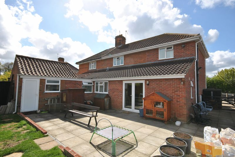 3 Bedrooms Semi Detached House for sale in Station Road, Lingwood