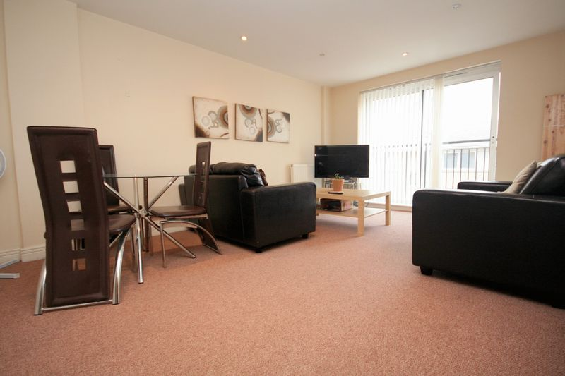 Spacious 2 Bed Apartment Close To East I...